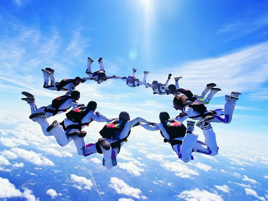 Skydiving1_zps3ec0747b 10 خطوات لبناء و تكوين فريق عمل ناجح يقود شركتك نحو القمة