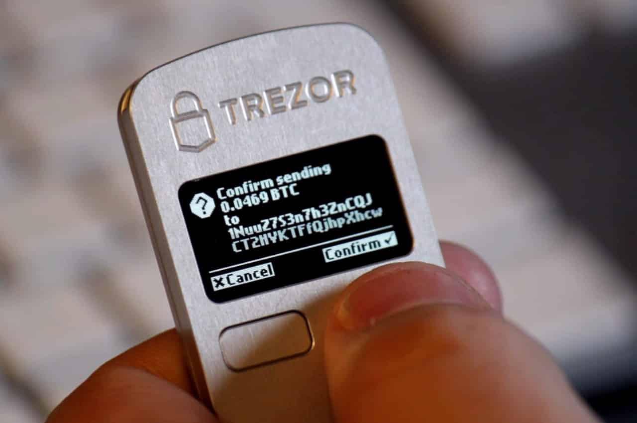 Trezor-bitcoin-wallet أفضل أجهزة محافظ بيتكوين والعملات الرقمية لتخزينها دون سرقتها